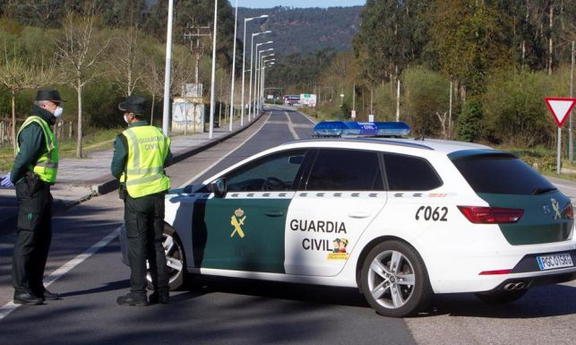 Guardias civiles, en un control de carretera.