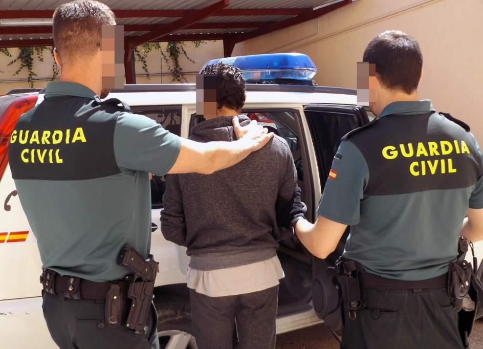Dos agentes del Seprose con un detenido.