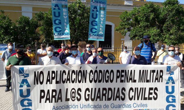 Representantes de AUGC, durante la concentración celebrada esta mañana en Sevilla.